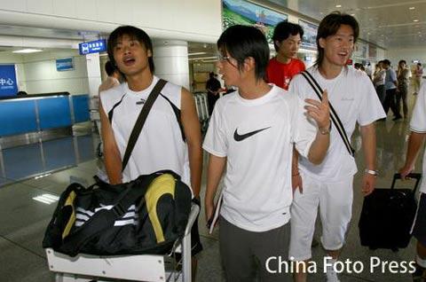 图文:杜震宇、王栋返回长春 备战中超联赛
