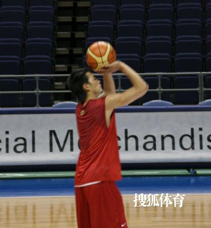 世锦赛图:中国男篮18日训练 陈江华投篮练习