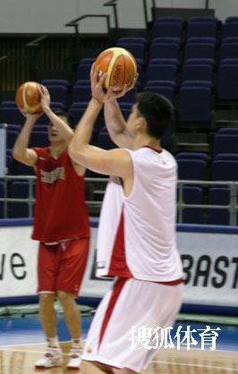 世锦赛图:中国男篮18日训练 姚明投篮练习