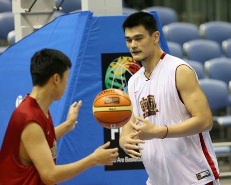 世锦赛图:中国男篮18日训练 姚明与大郅磨合
