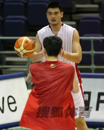 世锦赛图:中国男篮18日训练 姚明准备接球