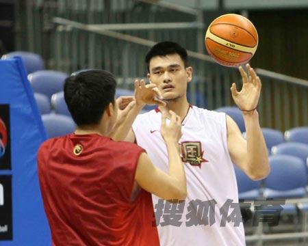 世锦赛图:中国男篮18日训练 大郅防守姚明