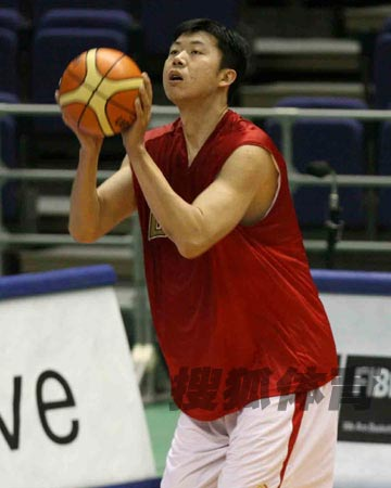 世锦赛图:中国男篮18日训练 王治郅准备投篮
