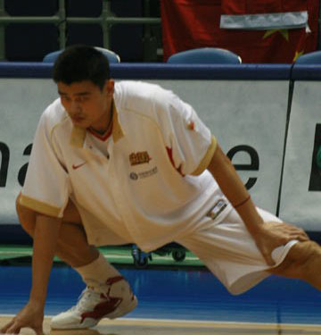 世锦赛图:中国男篮赛前适应场地 姚明热身
