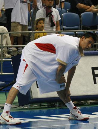 世锦赛图:中国男篮赛前适应场地 易建联热身
