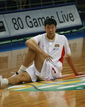世锦赛图:中国男篮赛前适应场地 王治郅热身