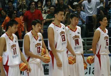 世锦赛图:中国男篮赛前准备 五大高人场边待命