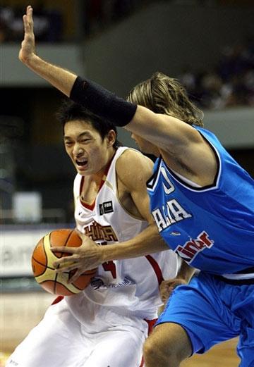 世锦赛图:中国69-84负意大利 陈江华带球突破