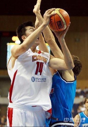 世锦赛图:中国69-84负意大利 王治郅进攻受阻
