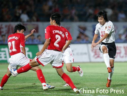 图文:中超第22轮-重庆VS武汉 力帆队员控球