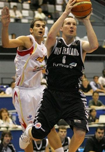 世锦赛图:西班牙86-70新西兰 琼斯篮下进攻