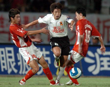 图文:中超力帆0-2武汉光谷队 郑斌在比赛中