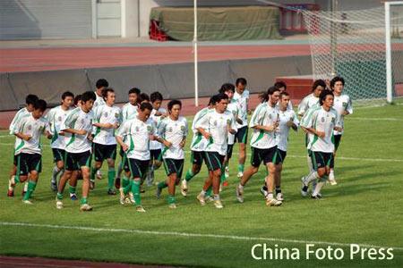 图文:国安积极备战中超第22轮 球员集体慢跑