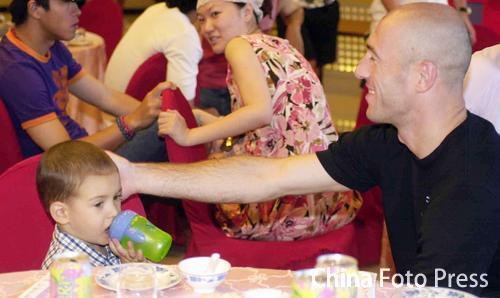 图文:胡兆军为爱儿过百日 扬戈维奇与儿子到场