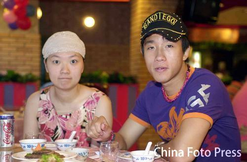 图文:胡兆军为爱儿过百日 王圣夫妻到场祝贺