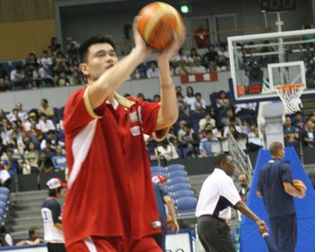 世锦赛图:中国VS美国 姚明赛前进行投篮练习