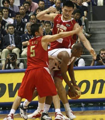 世锦赛图:中国队VS美国队 姚明刘炜双人包夹