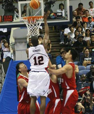 世锦赛图:中国队VS美国队 霍华德三人头上投篮