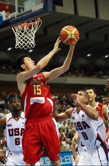 世锦赛图:中国队VS美国队 杜锋篮下进攻
