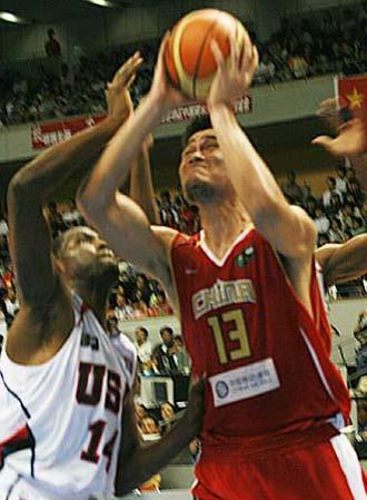 世锦赛图:中国队VS美国队 姚明遭到双人夹击