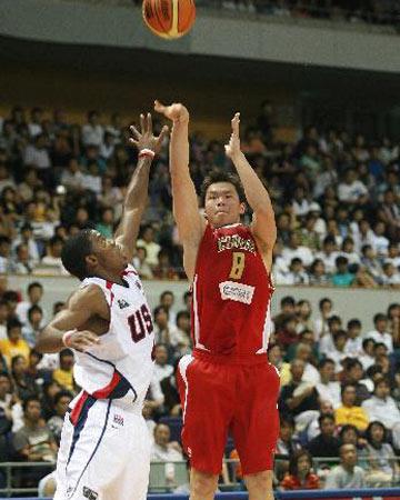 世锦赛图:中国队VS美国队 朱芳雨三分出手