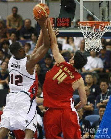 世锦赛图:中国队VS美国队 王治郅封盖霍华德