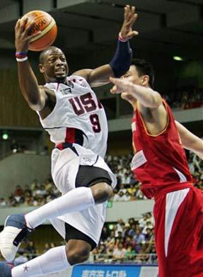 世锦赛图:中国队VS美国队 韦德飞身突破小巨人