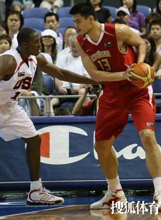 世锦赛图:中国队VS美国队 小巨人单打布兰德