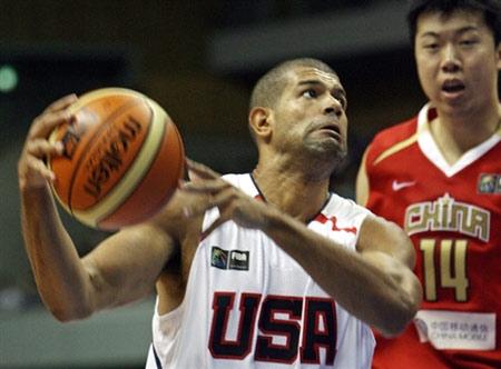 世锦赛图:中国队90-121美国队 巴蒂尔持球进攻