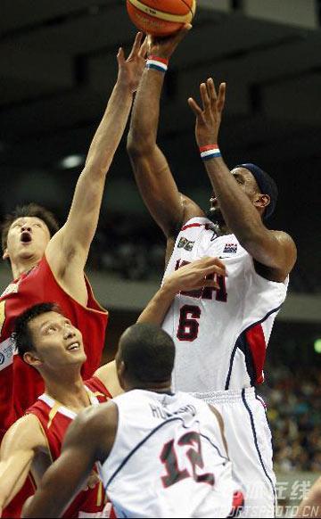 世锦赛图:中国队90-121美国队 詹姆斯突破上篮