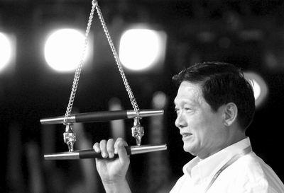 出席好运北京-2006国际帆船赛开幕式,拉响开幕汽笛图片