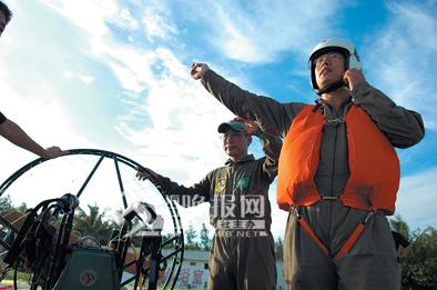 单人动力伞首次飞越琼州海峡(组图)