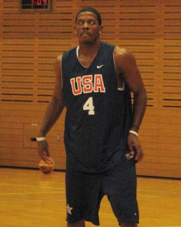 世锦赛图:美国男篮上午进行训练 乔-约翰逊投篮