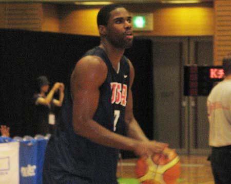 世锦赛图:美国男篮上午训练 贾米森投篮训练
