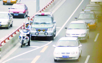组图:北京市交警30分钟内处罚6辆军车