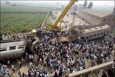 埃及开罗北部发生列车相撞事故 造成重大伤亡