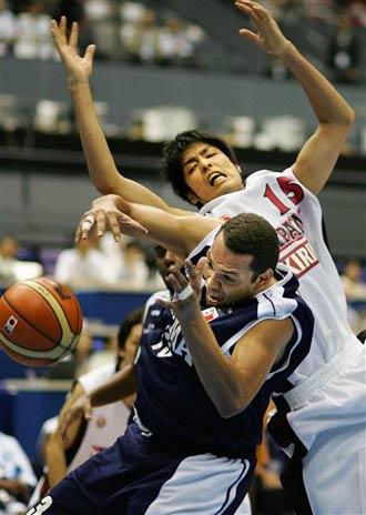 世锦赛图:日本战胜巴拿马 竹内公辅向对手犯规
