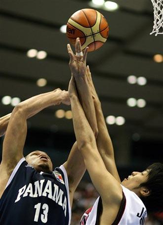 世锦赛图:日本战胜巴拿马 加西亚奋力争球