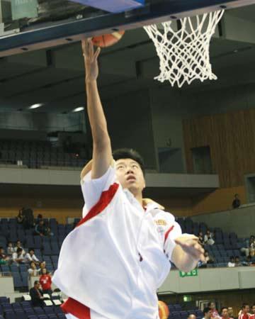 世锦赛图:中国队大战前热身 王治致单手上篮