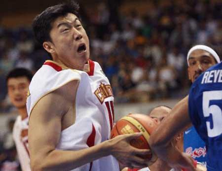 世锦赛图:中国队VS波多黎各 王治郅强行上篮