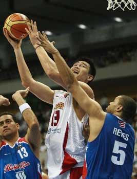 世锦赛图:中国VS波多黎各 姚明比赛中强行上篮