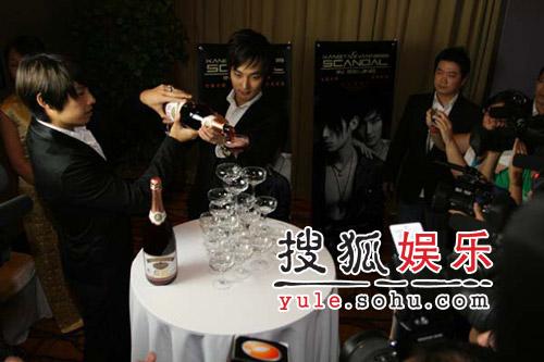 安七炫吴建豪来京 台上扮亲密台下歌迷闹分歧