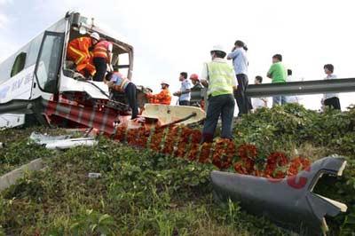 旅游车高速路追尾30人伤