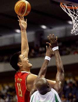 世锦赛图:中国VS塞内加尔 姚明比赛中篮下强攻