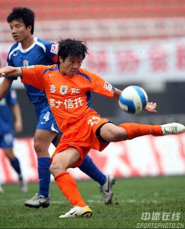图文:山东鲁能2-0西安国际 李金羽拔脚努射