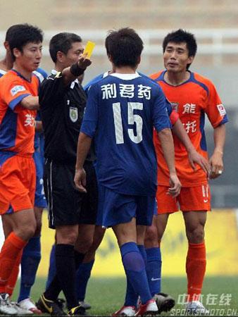 图文:山东鲁能2-0西安国际 裁判出示黄牌