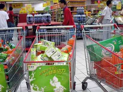 图文:哈尔滨市民抢购饮用水 超市车筐装满饮料