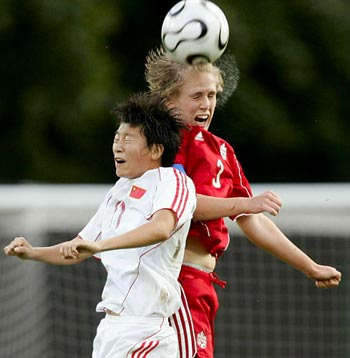 图文:中国1-0加拿大晋级8强 娄晓旭与对手争顶