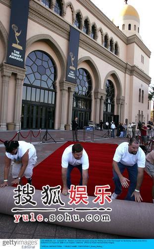 组图:第58届艾美奖即将举行 红地毯准备就绪