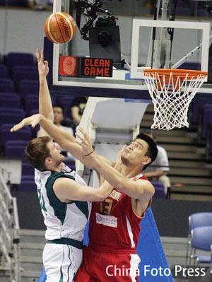 世锦赛图:中国VS斯洛文尼亚 姚明篮下猛扑对手
